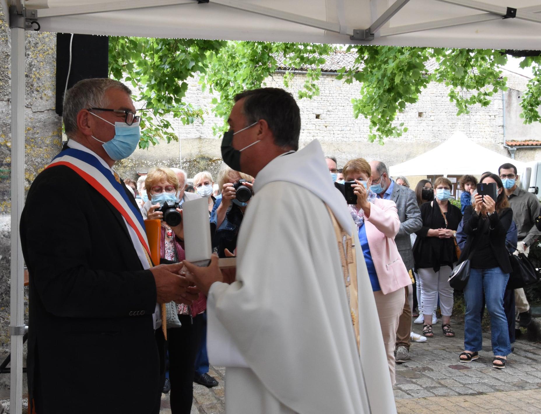 Inauguration du maire et du prêtre de la restauration de l'église de Saint Georges du Bois