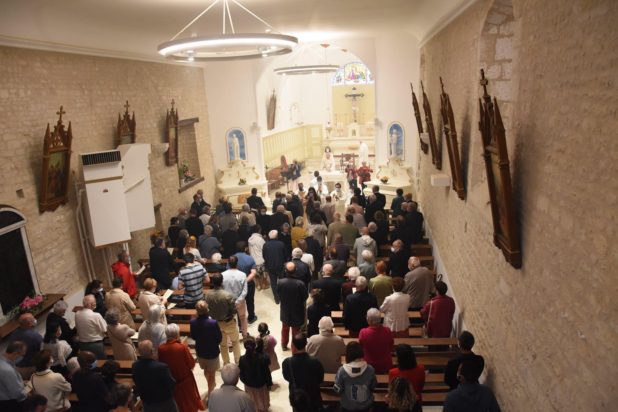 Messe dans l'église de Saint Georges du Bois