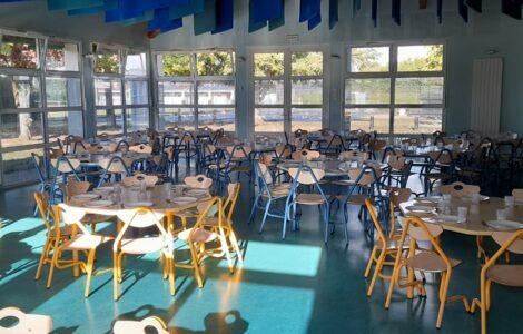 Cantine scolaire, tables, chaises et menu