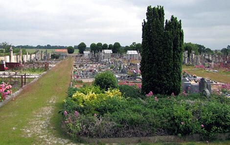 Allées fleuries du cimetière de Saint Georges du Bois